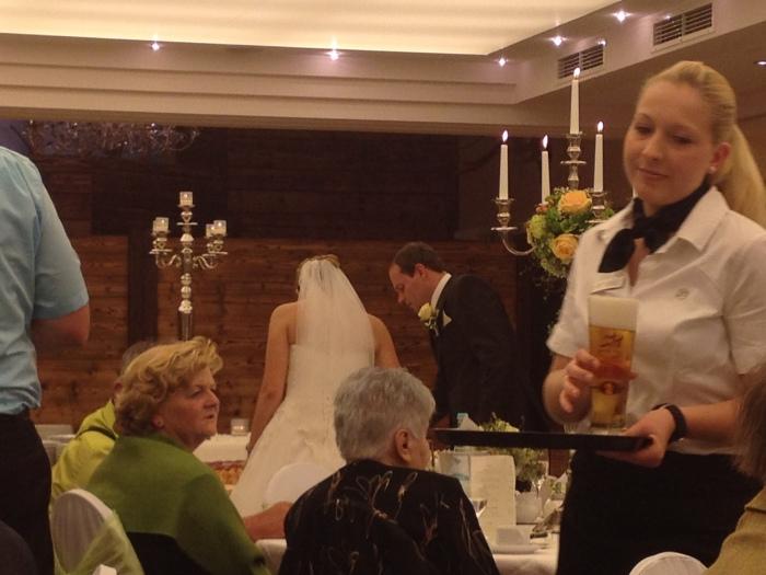 Jürgen and Susanne cutting their cake